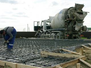 Заливка железо-бетонной монолитной плиты в КП «Балтийская Слобода 2» под строительство каркасного дома по проекту КД 049